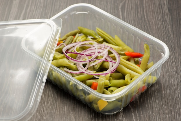 Cooked green beans with red onion and yellow pepper and red pepper and green pepper Premium Photo