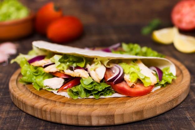 調理された肉と野菜のケバブ木製ボード 無料写真