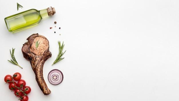 Приготовленное мясо с соусом и копией пространства Бесплатные Фотографии