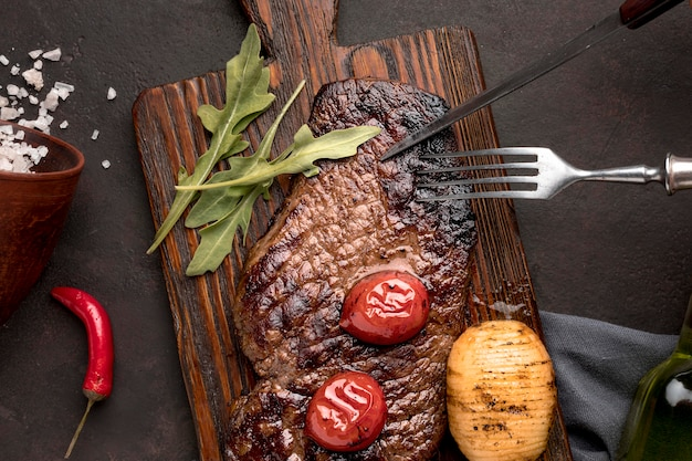 Cooked meat with vegetables Premium Photo