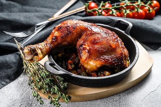 베이킹 팬에 구운 닭 다리 요리. 구운 고기. 회색 배경. 평면도 프리미엄 사진