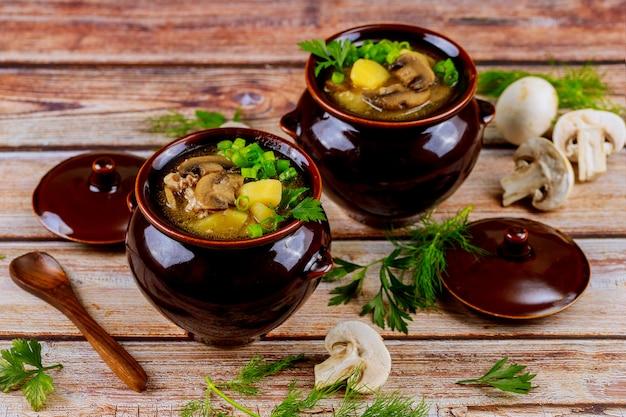 ジャガイモと肉のシチュー鍋で調理した白いシャンピニオン Premium写真