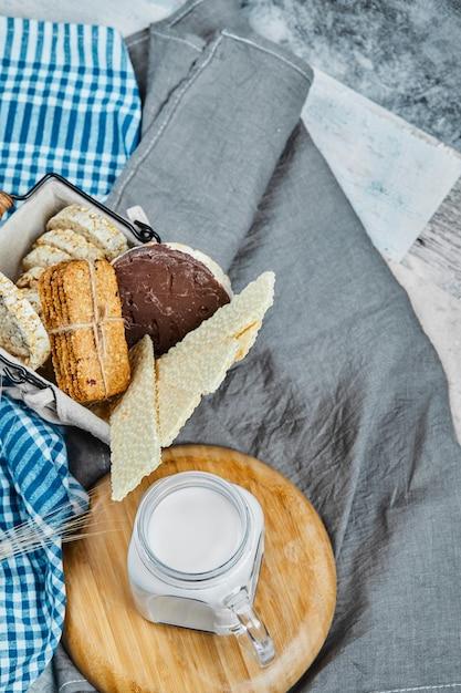 牛乳の瓶とクッキーとクラッカーの品種。 無料写真