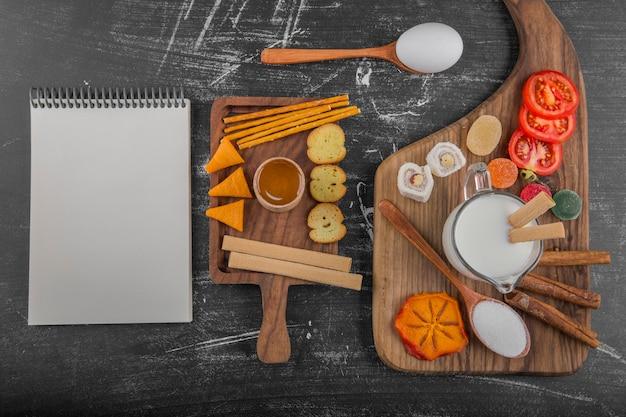 クラッカーと野菜のクッキーボード 無料写真