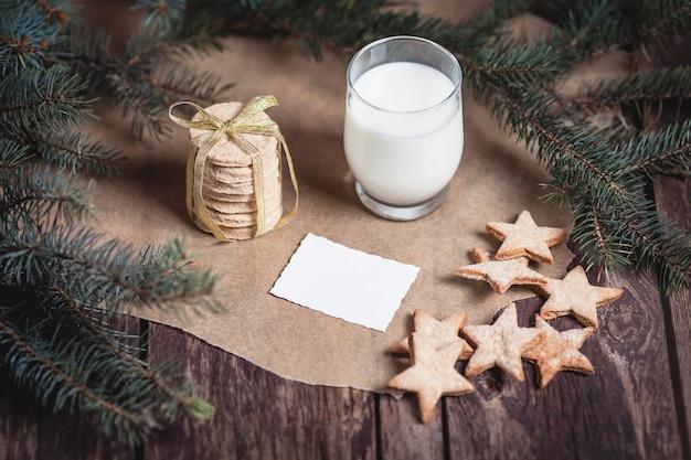 サンタクロースのクッキーと牛乳 無料写真