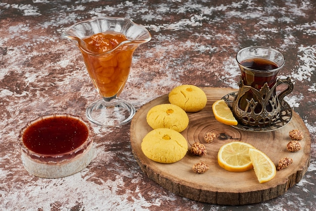 Печенье и чай на деревянной доске. Бесплатные Фотографии