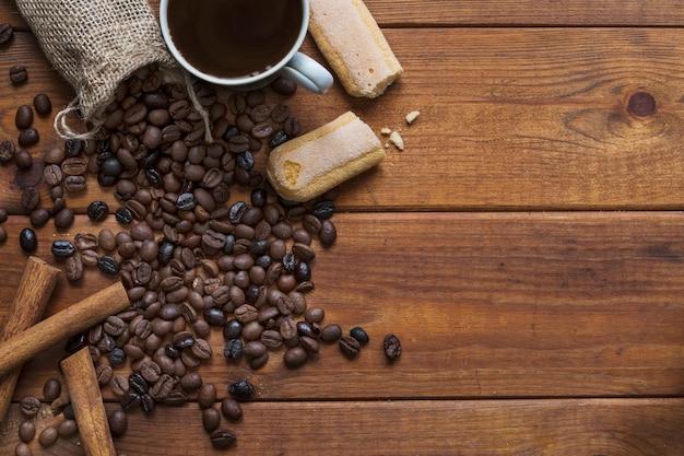 Biscotti e cannella vicino al caffè Foto Gratuite