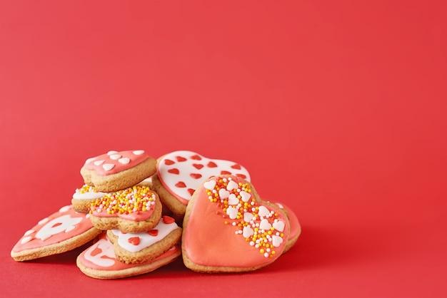 アイシングとスプリンクルで飾られたクッキー Premium写真