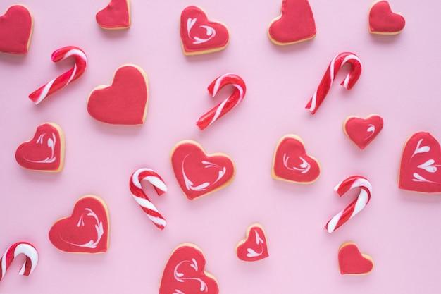 Печенье на рождество различной формы на розовом фоне. плоская планировка. Premium Фотографии
