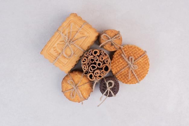 白い表面にシナモンスティックが付いたロープのクッキー 無料写真