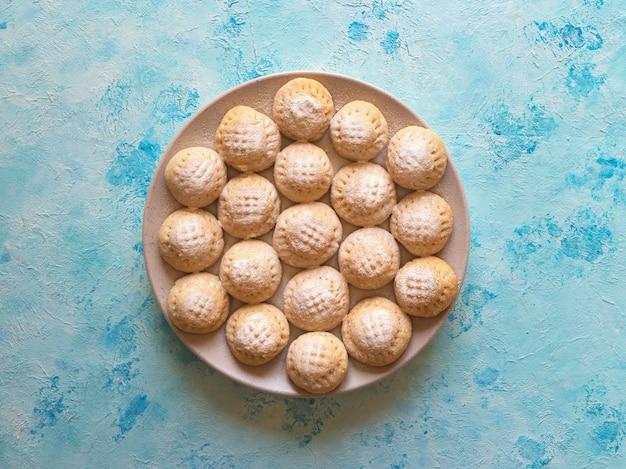 エルフィットイスラムのeast宴のクッキー。ラマダンのお菓子。エジプトのクッキー「カフエルイード」 Premium写真