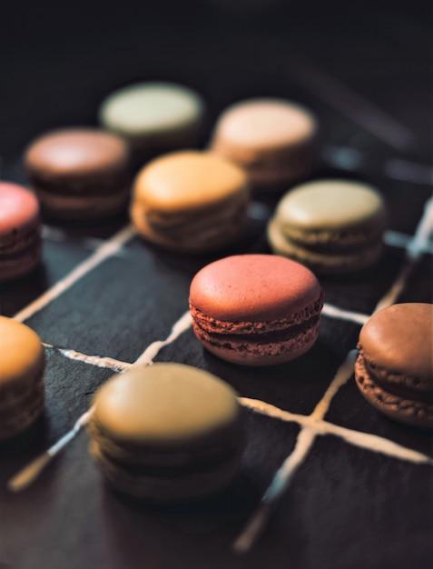 어두운 표면에 여러 색상의 쿠키 무료 사진