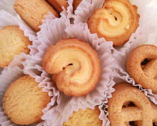 白い背景の上のクッキー Premium写真