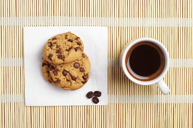 チョコレートと一杯のコーヒーのクッキー Premium写真