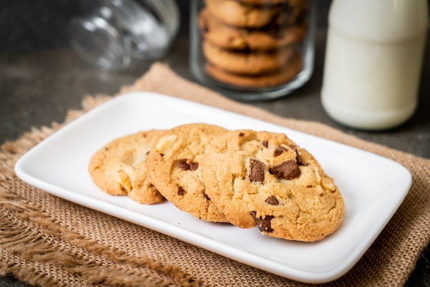 Cookies with chocolate chips Premium Photo