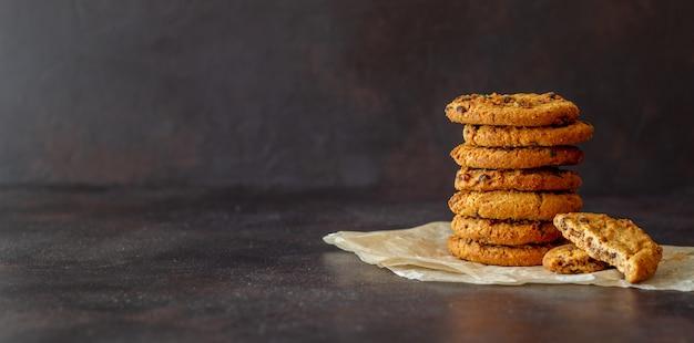 Печенье с шоколадом. выпечка. завтрак. рецепт блюда. Premium Фотографии