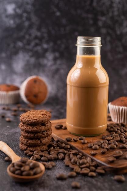 Печенье с кофе в зернах на деревянной тарелке. Бесплатные Фотографии
