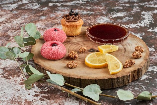 Печенье с конфитюром на деревянной доске. Бесплатные Фотографии
