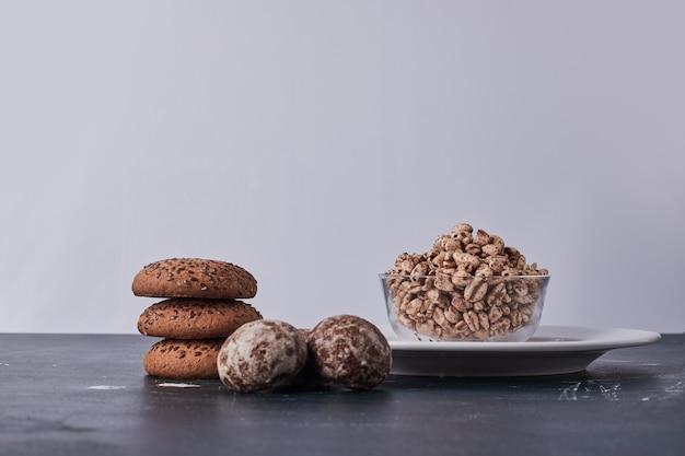 Biscotti con cumino, farina d'avena e pan di zenzero con popcorn di grano intorno. Foto Gratuite