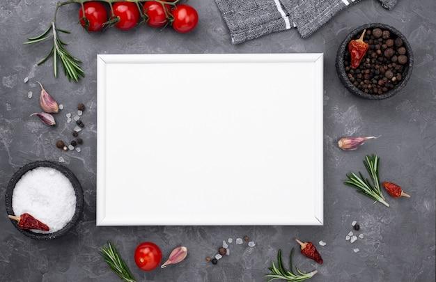 Cottura degli ingredienti con foglio di carta bianco Foto Gratuite
