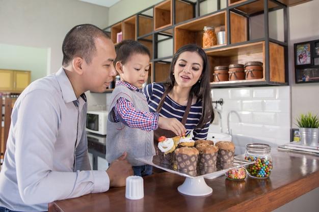 家族のコンセプトで調理時間 Premium写真