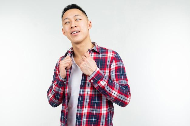 チェック柄のシャツを着たクールなアジア人の男が大きく開いて孤立 Premium写真