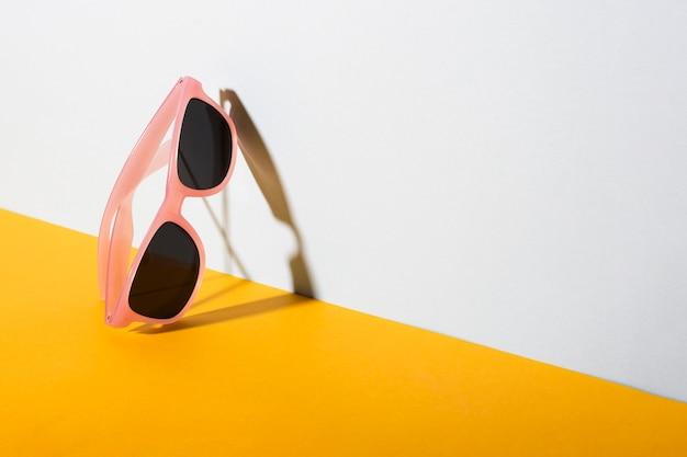 Fantastici occhiali da sole retrò con montatura in plastica Foto Gratuite