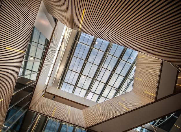 モダンな建物のライト付きのクールな階段 無料写真