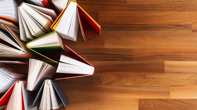 警官スペースはテーブルの上の本を開いた 無料写真