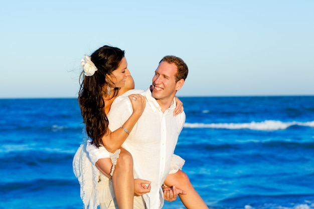 Copuple beach vacation in honeymoon trip Premium Photo