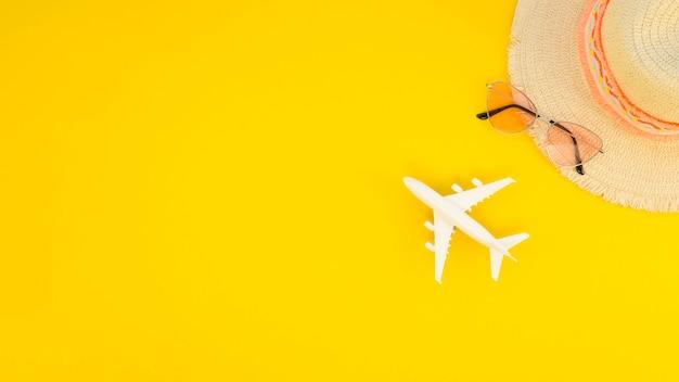 Скопируйте игрушку космического самолета рядом со шляпой и солнцезащитными очками Бесплатные Фотографии