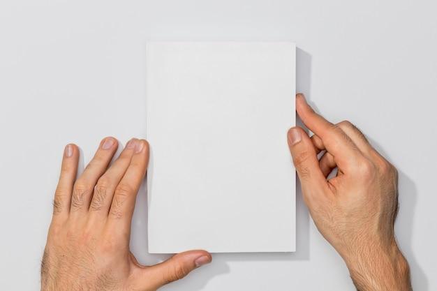 Скопируйте космическую книгу и руки человека Бесплатные Фотографии