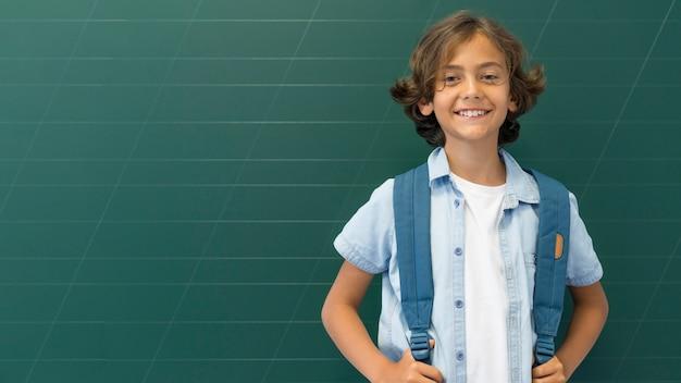 バックパックとコピースペースの少年 無料写真