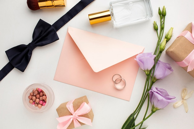 Copy space bride and groom accessories with envelope Free Photo