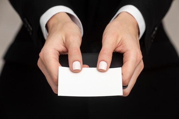 Копирование космической визитной карточки, проводимой женщиной в офисной одежде Бесплатные Фотографии
