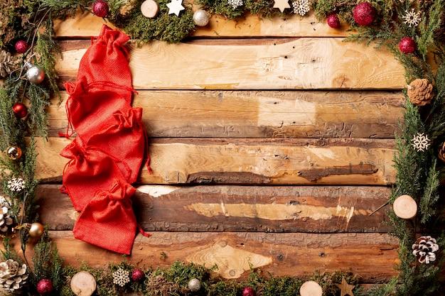 Копирование космических новогодних украшений с красными мешочками Бесплатные Фотографии