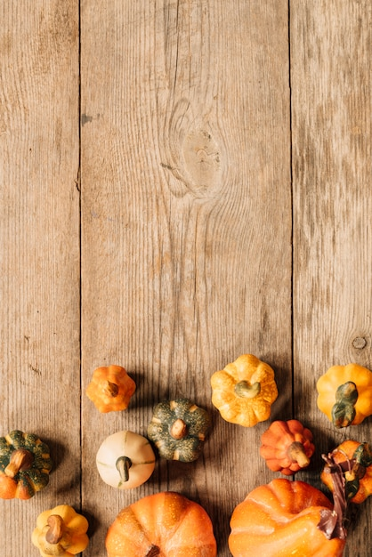 Copy space composition with autumn elements on wooden background Free Photo