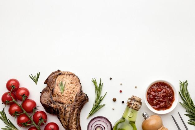 Copy-space приготовленное мясо с соусом Бесплатные Фотографии