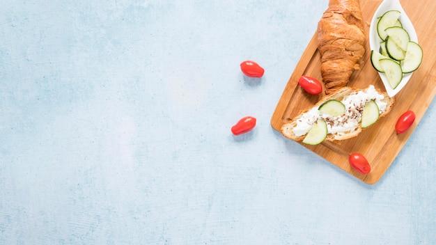 Cornetto copia-spazio con formaggio e verdure Foto Gratuite