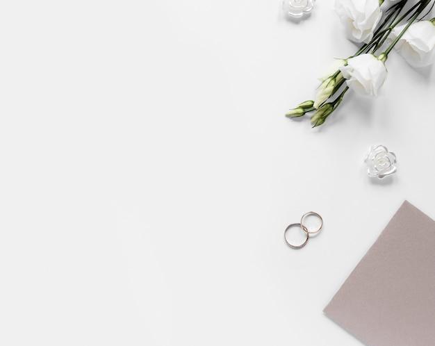 Copy-space обручальные кольца на столе Бесплатные Фотографии