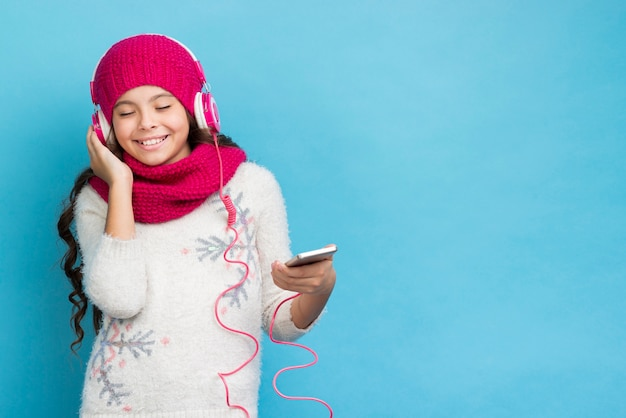 Copy-space girl listening music mock-up Free Photo