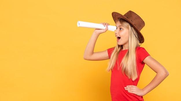 Copy-space девушка играет роль исследователя Бесплатные Фотографии