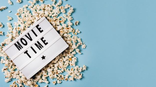 Lightbox copia-spazio con popcorn sul tavolo Foto Gratuite