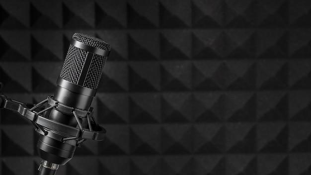Копировальный микрофон, окруженный акустической изоляционной пеной Premium Фотографии