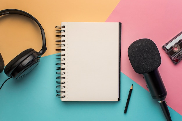 Copy space notepad with mic and headphones Free Photo