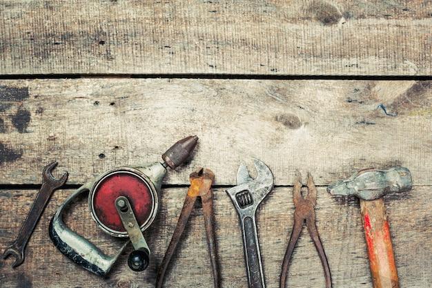 ヴィンテージさびたツールで古い木製の背景にスペースをコピーします Premium写真