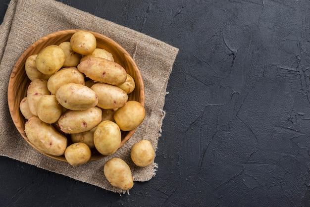 Copy-space органический картофель на столе Premium Фотографии