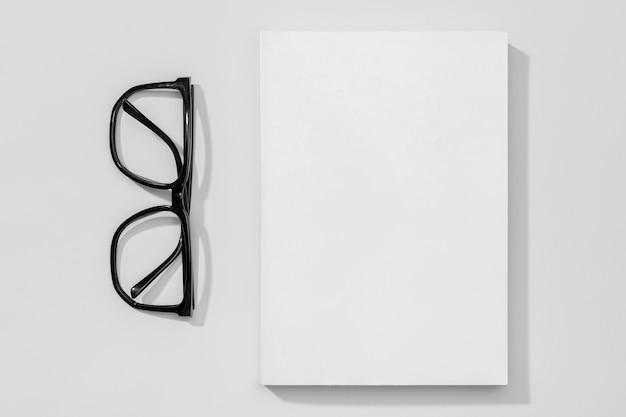 本と老眼鏡のスペースページをコピーする 無料写真