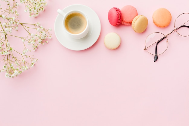Copy space pink background with coffee and sweets Free Photo