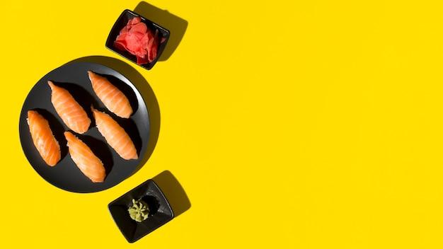 Копировальная тарелка со свежими суши роллами Premium Фотографии